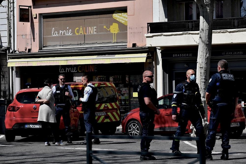 फ्रान्समा धारिलो हतियारद्वारा एक व्यक्तिले अन्धाधुन्ध गरेको आक्रमणमा दुईको मृत्यु